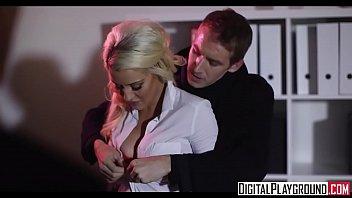 Блондинка пердолит свою подругу в попа черным хуезаменителем