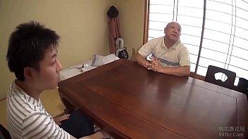 Пожилая девчушка люба научила юного молодого человека заниматься порно