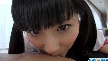 Молодая брюнетка в беленьком белье показывает упругую жопу перед камерой