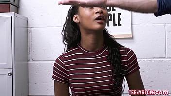 Худая сучка с маленькими буферами онанирует мокрую шмоньку рукой с красноватым маникюром