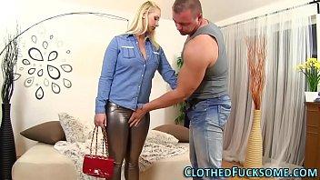 Гламурное секса с большегрудой брюнеткой в нижнем белье