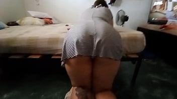 Подружка блудливо села на колени и дала в киску
