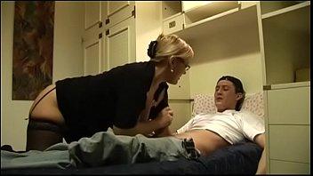 Мамаша в телесных чулках мастурбирует половую щелочку и порется с брюнетом на кроватке