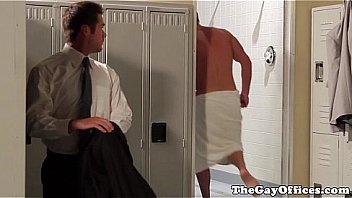 Молодая телка шалит особняка с молодым человеком и вскоре после орального секса ебется с ним