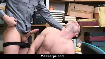 Массажист ебет в анал спортсменку в тренажерке