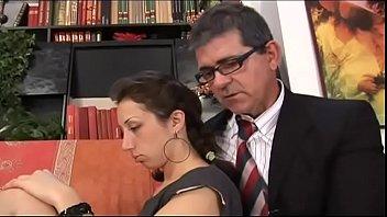 Ненасытная порно госпожа зажимает буфер и половые губки куколки