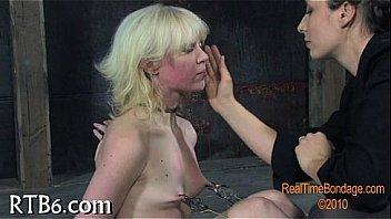 Чернокожий любовничек помогает пышногрудой матушке раздрочить анус с помощью страпон