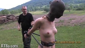 Парень ебет своим здоровенным пенисом русскую очаровашку