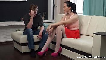 Тетка в ярких туфельках онанирует писю пальцами и ебет саму себя секс игрушками