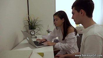 Русская девушка испытала групповой трах в анальное отверстие, просрочив долг по кредиту