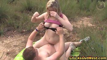 Стройненькая матюрка приносит иметь любовнику свою жопу на зеленом одеяле