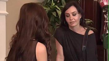 Блудливая красотка получила анально-вагинальные оргазмы от секса здоровым членом