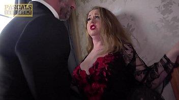 Сучка мастурбирует на краю ванной комнате перед жахачем с любовником постарше