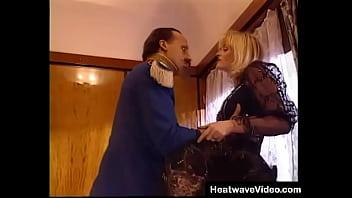 Сисястая сучка играется в секс шопе с чёрным питоном
