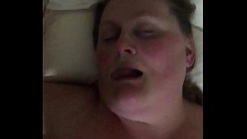 Брюнетка с влажными волосами устроила дрочку в ванной комнате