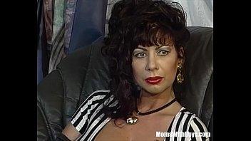 Пышногрудая красотка решилась на ужасную групповуху и на порно писсинг