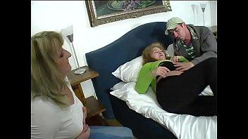 Morena baccarin целуется с партнером в мягкой кроватки перед поревом