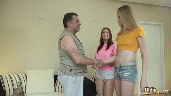 Мужик смог уговорить тайку записать с себя одежду и натрахаться перед камерой