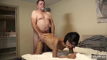 Молодая девочка любит лобызать зрелым мужчинам