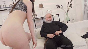 Тонкая телочка мучает своего молодого человека дрочкой пениса не позволяя ему получить оргазм