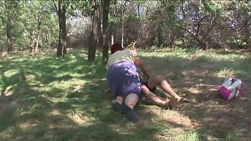 Белобрысая тетка в полосатых гольфах пользуется секс автомобилем на диване