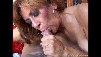 Рабочий среди дороги целует подружку и трахает ее рачком
