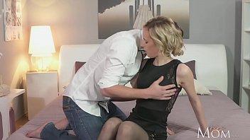 Шлюха-блондинка огромным планом снимает себя на вебкамеру