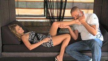 Девушка на камеру играет с членозаменитель и мастурбирует вульву пальцами доставая сквирт