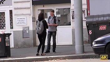 Худенькая студенточка в чулочках ублажает зрелого любовник