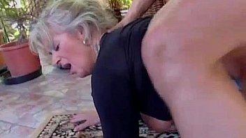 Сисястая шлюха-блондинка вскоре после собеседования отдалась деловому качку в офисе