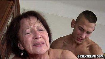 Парнишка на клипы камеру скидывает свой секс с блондинкой