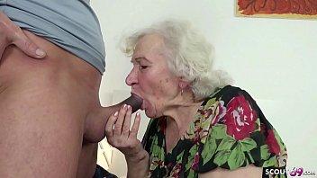 Вызывающая бабуля лупит юношу по яйцам и делает глубокий горловой заглот