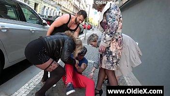 Молодая шалава ловит оргазм от кровавого жопы