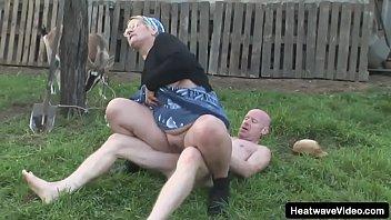 Симпатичная блондиночка в трусах мастурбирует киску на свежем воздухе